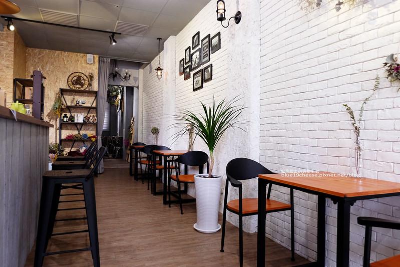 33190224070 77c1e9cb28 c - Frini Cafe-乾燥花咖啡館結合簡約工業風.早上就吃的到鬆餅甜點喝的到咖啡.近澄清醫院.中港新城公車站旁.中科商圈