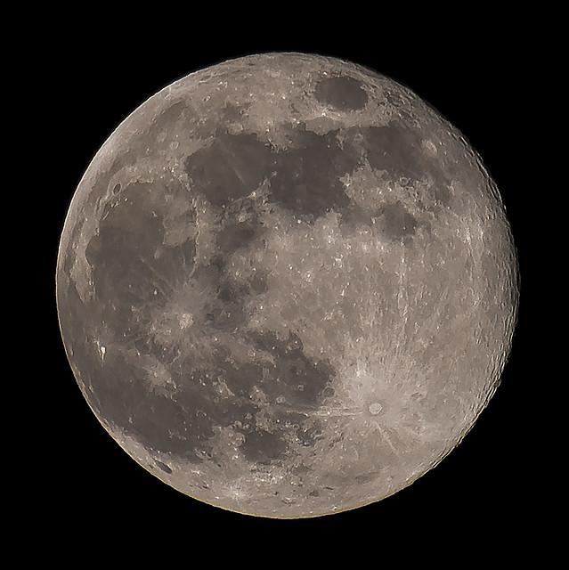 Moon 2017-04-11 22h48m, Canon EOS 5D MARK IV, Sigma 50-500mm f/4.5-6.3 APO DG OS HSM