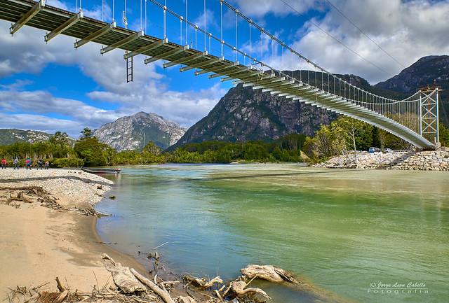 El puente sobre el río Tres Colores - P.N. Laguna de San Rafael (Patagonia Chile)