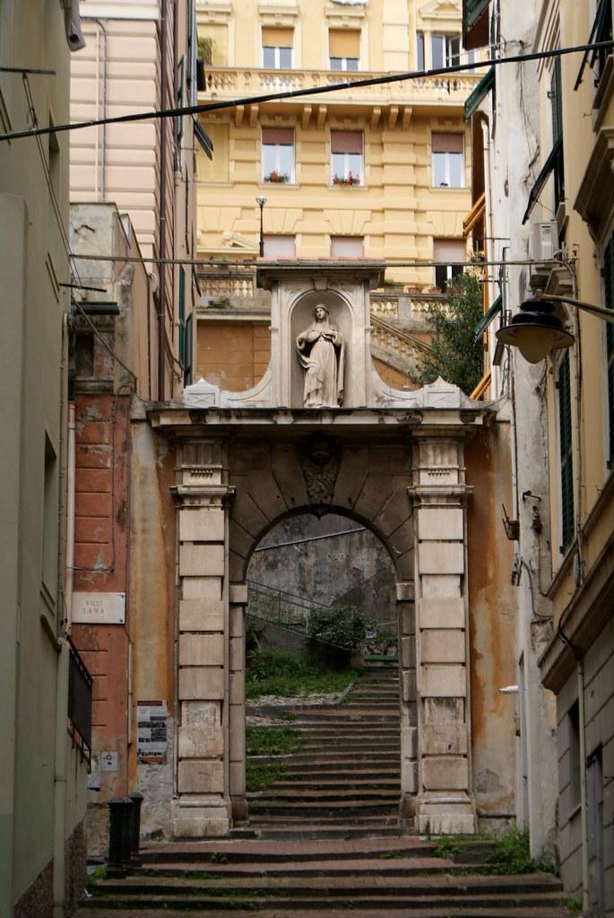 Belle porte et escalier dans le quartier de Pré à Gènes.