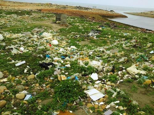隨便一段桃園海岸,都能看到垃圾或不當建設的樣貌。攝影:台灣環境資訊協會。