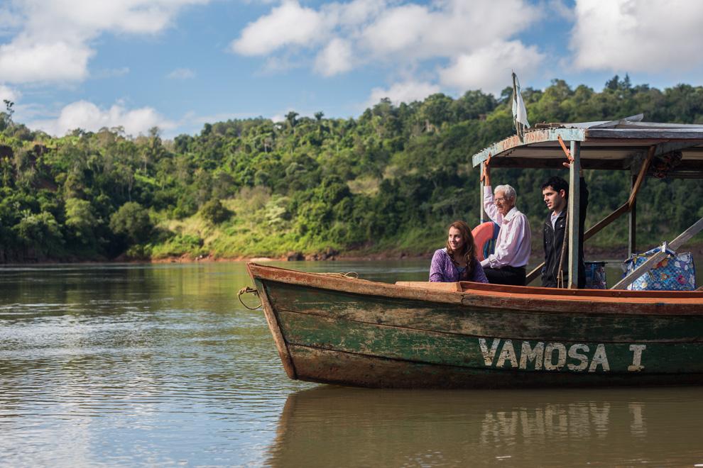 Vamosa I, un bote que realiza viajes entre Puerto Wanda y Puerto Ita Verá varias veces al día transportando personas y mercaderías entre Paraguay y Argentina. (Tetsu Espósito)