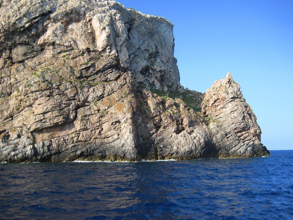 Acantilados de Illa des Conills, otra del archipiélago de Cabrera. Autor, Cayetano