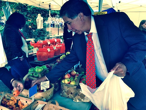 Under Secretary Avalos with fresh apples from the USDA Farmers Market.  Share your favorite local ingredients by mentioning @AMS_USDA and using the #LocalisCool hashtag.