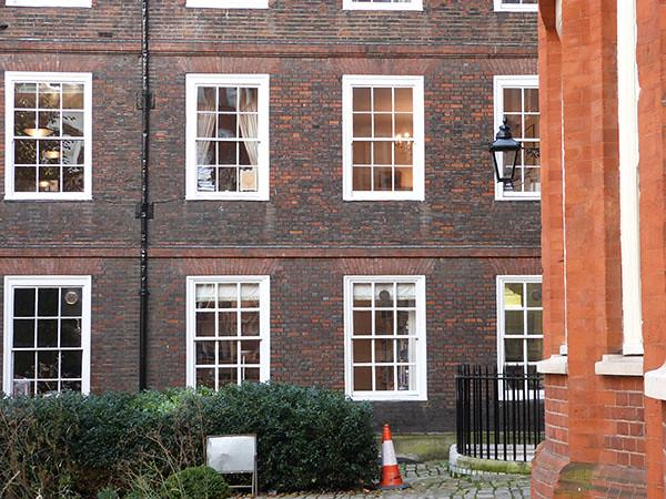 fenêtres sur Hare Court