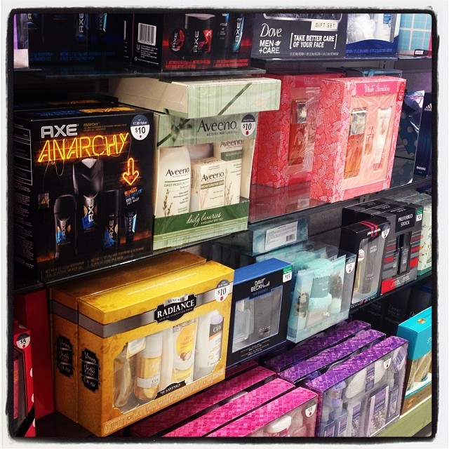 Lots of gift sets for $10-15 at Walgreens. Something for everyone on your list! #WalgreensLatino #sponsored
