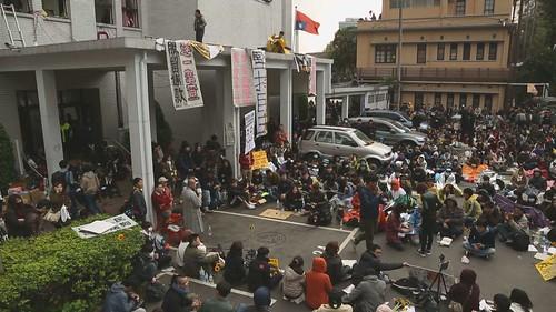 青年學生佔領立法院,抗議兩岸服務貿易協議。