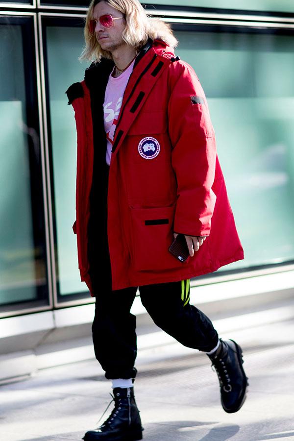 カナダグースCITADEL赤×ピンクTシャツ×黒ナイロンパンツ×黒ブーツ