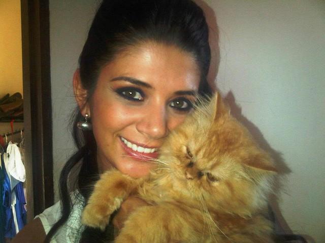Anabel Angus junto a su gato
