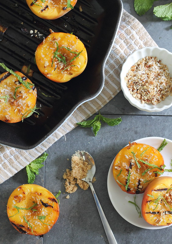 Grillled peaches with brown sugar pecan crumble