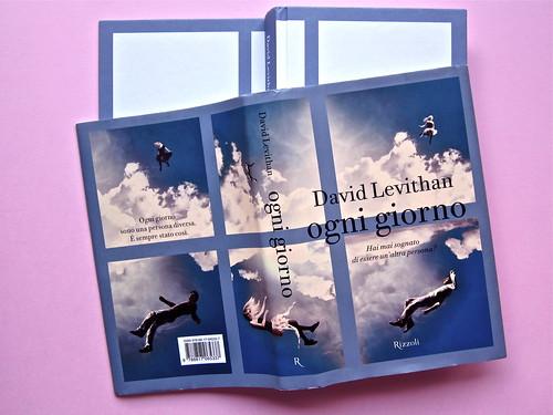David Levithan, ogni giorno. Rizzoli 2013. Progetto grafico di copertina © Adam Abernethy. q., dorso, prima di cop. e q., dorso e prima di sovracop. (part.), 1