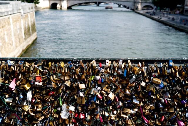例の鍵の橋ですよ。別れるときたいへんそう。