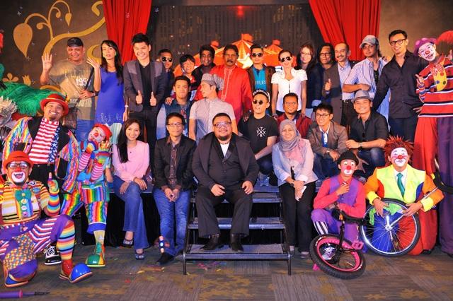 Barisan peserta dan komedian bersama hos Liga Lawak Superstar, Afdlin Shauki