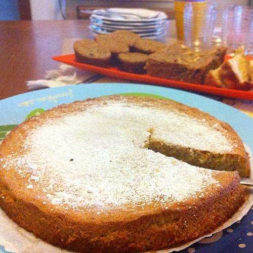 Bolo de farinha de amêndoa, limão siciliano e cardamomo (e atrás o bolo de banana e aveia e chocotone)