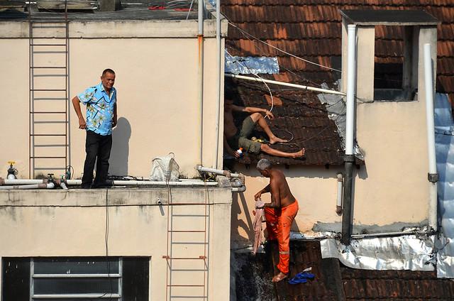 Obreros en la favela de Rio de Janeiro