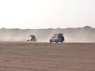 Coches de la expedición Kamal en el desierto Líbico (Egipto)