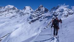 Podejście na przełęcz Coli de Punta Fuora 3108m. W oddali szczyt Gran Paradiso 4061m. Paweł.