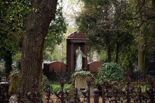 starycmentarzwłodzi theoldcemeteryinłódź cemetery graveyard łódź lodz polska poland nature ivy green plants grave tomb spring