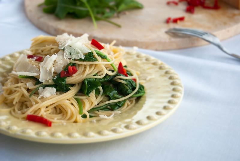 esparguete com alho e rúcula