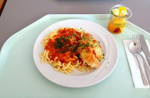 Hähnchenbrust mit Tomaten und Käse gratiniert an Gabelspaghetti mit Tomatensauce / Chicken breast au gratin with cheese and tomato
