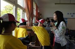由新岑國小的學生為志工們做候鳥觀察解說。