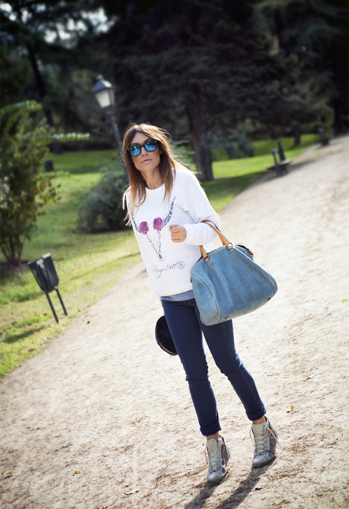 street style barbara crespo white sweatshirt a bicyclette the corner sneakers outfit fashion blogger