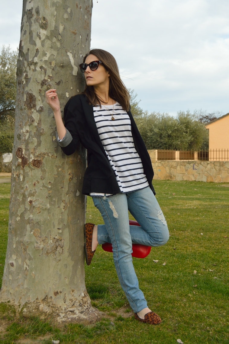 lara-vazquez-madlula-blog-casual-chic-stripes-red-jeans