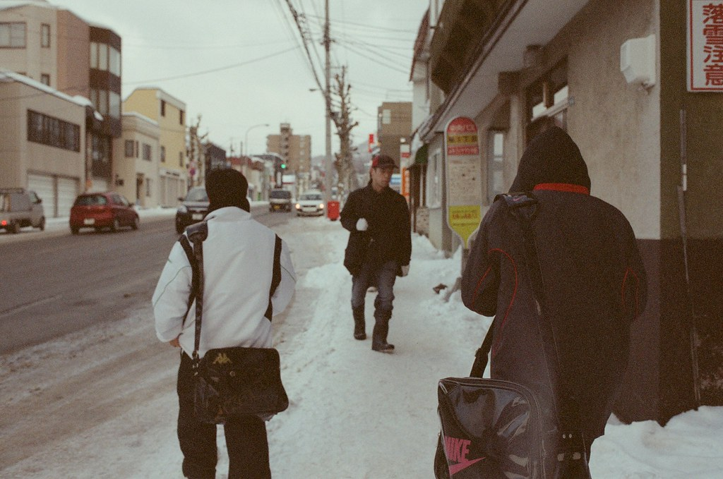 小樽 Otaru 北海道 / Fujifilm 500D 8592 / Nikon FM2 再順著人群拍,走在我前面的,迎面而來的。  就這樣很有默契的交會。  Nikon FM2 Nikon AI AF Nikkor 35mm F/2D Fujifilm 500D 8592 1119-0028 2016/02/02 Photo by Toomore