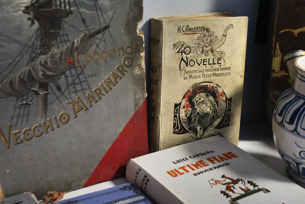 Vitrine d'une librairie de livres anciens à Gênes dans la prolongation de la via Garibaldi vers la gare de Principe.