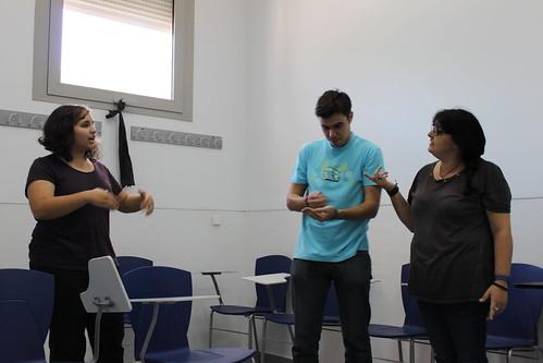 Alumnos de la clase de teatro de la Fcom haciendo un ejercicio de improvisación