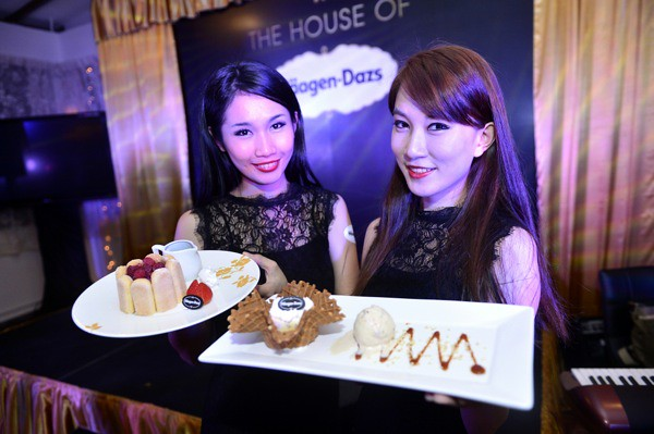 Models with Häagen-Dazs Creations (Chocolate Fondant Charlotte & Creme Brulee Surprise)