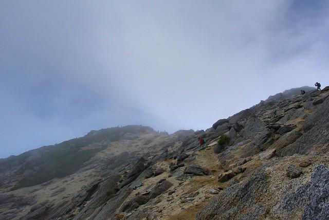 雲がかかりがちな甲斐駒ケ岳山頂
