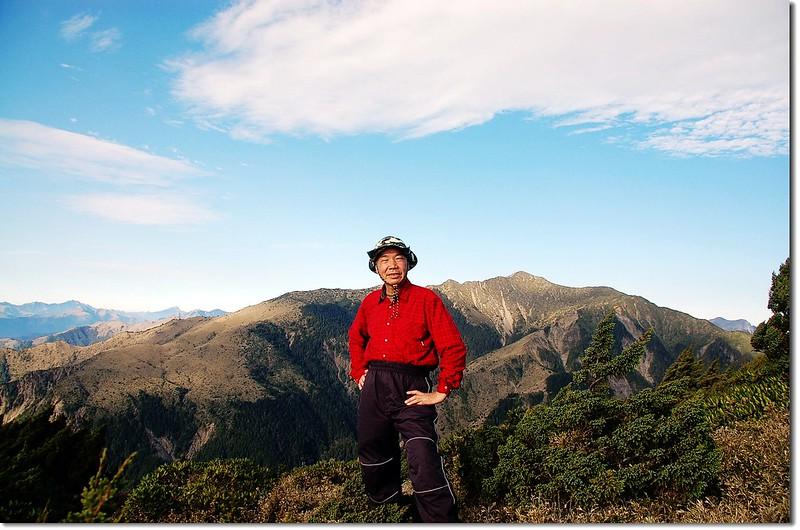 馬利亞文路山(Elev. 3483 m),背景為秀姑巒山