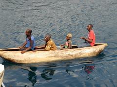 Malawi. Tcharo, Lago Malawi. Parada del Ilala en la aldea de Tcharo. Canoa
