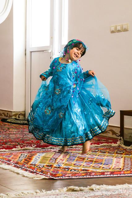 A qashqai girl wearing ethnic costume, Firuzabad, Iran フィールーズ・アーバード、民族衣装を着て踊る少女