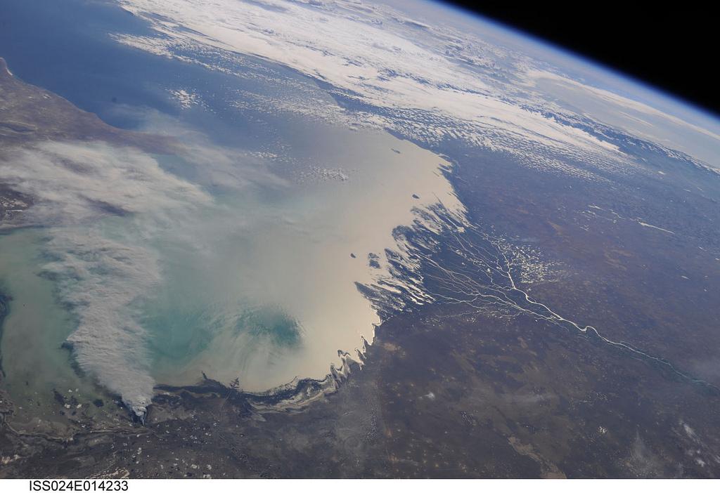 El delta del río Volga en el mar Caspio, visto desde el espacio. Autor, NASA's Marshall Space Flight Center