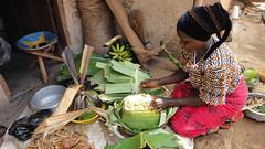 在地村民示範如何料理烏干達常民主食--Matoke,將香蕉蒸煮成泥再拌以花生醬。