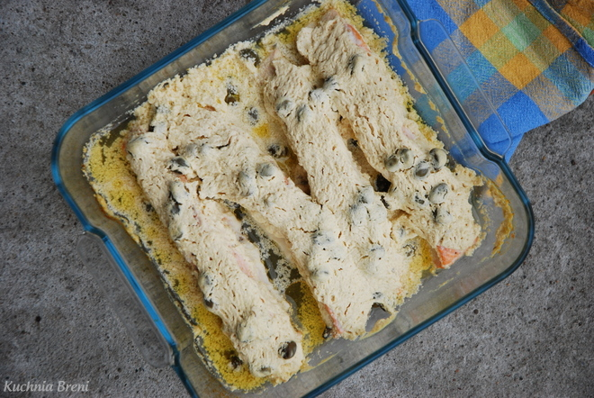 Filety z łososia pod pierzynką śmietanowo-musztardową z kaparami