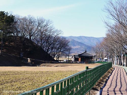 Túmulo funerario situado dentro de uno de los parques de la ciudad de Gyeongju