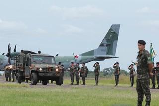 Os restos mortais de João Goulart são recebidos com honrarias militares | Cintia Rodrigues