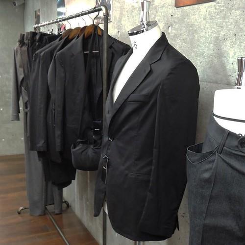 目当てはこちらの、abrAsusの「いざという時のジャケット」。畳んでコンパクトに持ち運べるのと、丸洗いできるのが特徴。