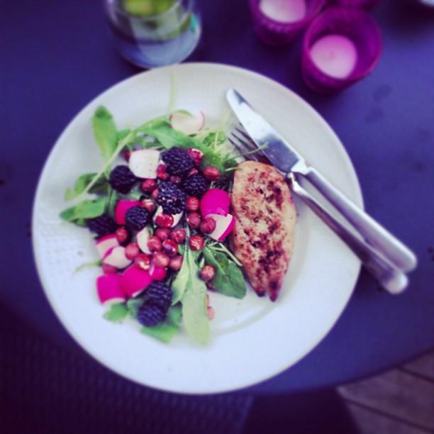 Gårdagens middag var AMAZE! Kyckling med rucola, rädisa, hasselnötter och björnbär. Olivolja med, såklart