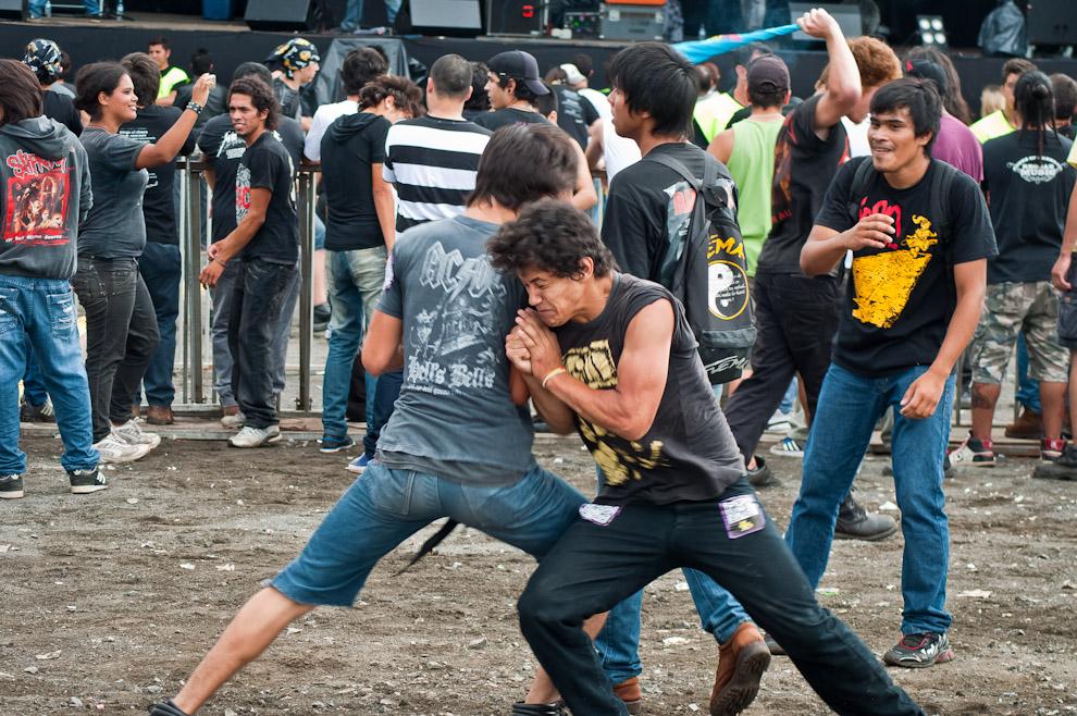 La euforia de los fanáticos del rock estuvo presente desde tempranas horas hasta la finalización del concierto, en la imagen dos jóvenes hacen mosh. (Elton Núñez)