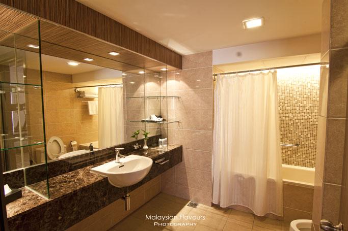 bathroom-holiday-villa-hotel-suites-subang