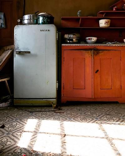 🌞   futuro projecto por @eva_atelier   #silence #quiet #rural #fridge #valedecambra #igersportugal #leaves #portugal #trees #portugaldenorteasul #sky #shadow #light #valemagico #nothingisordinary #kitchen #food #portugalcomefeitos #portugal_