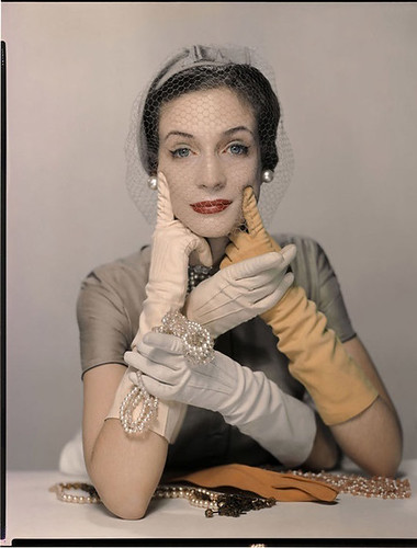 girl-with-gloves_2566033a