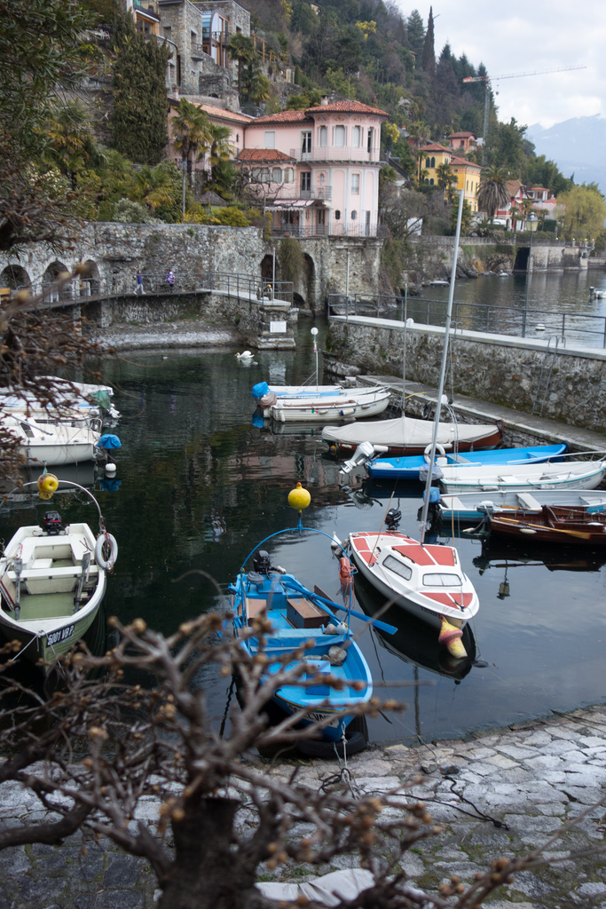 Embarcadero de piedra en el lago. Autor, Zigel