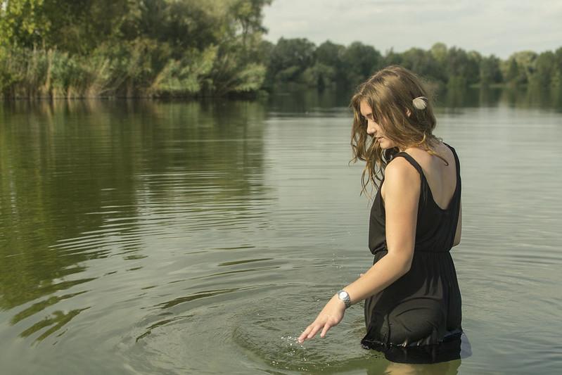 Mädchen im Wasser spielend