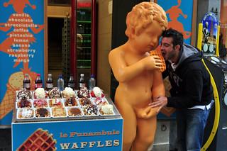 Manneken Pis de Bruselas: Los Gofres han llevado a Mannekken Pis a todos los rincones del mundo. Manneken Pis de Bruselas - 11327902035 a1bab2c61b n - ¿ Por qué es tan famoso el Manneken Pis de Bruselas ?