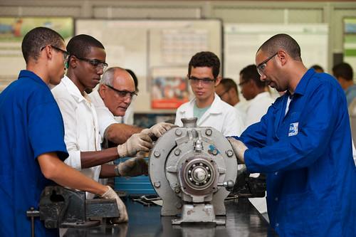 Na foto, alunos do curso técnico em mecânica em aula prática no laboratório de mecânica. O curso é um dos ofertados pelo SENAI-BA pelo Sisutec. Foto: João Alvarez/Sistema FIEB.
